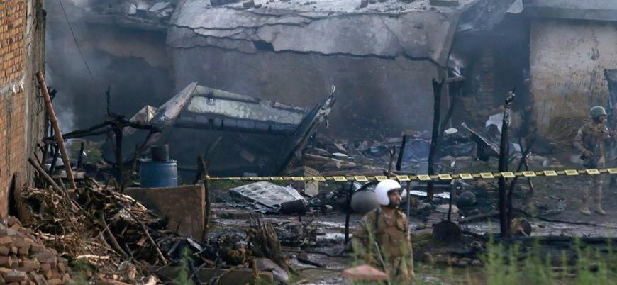 Pakistan'da askeri uçak sivil yerleşim bölgesine düştü: 17 ölü
