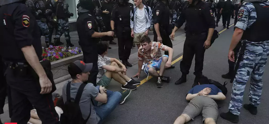 800'den fazla gözaltı: Moskova'da polis göstericileri önce copladı sonra gözaltına aldı