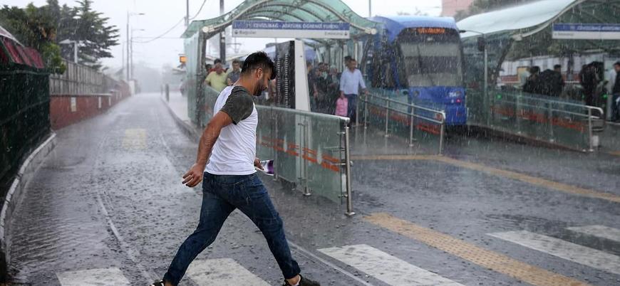 İstanbul'da sağanak yağış hayatı felç etti