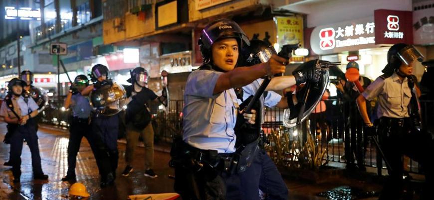Hong Kong'da şiddet ve gerilim yükseliyor: Polis ilk kez silah kullandı