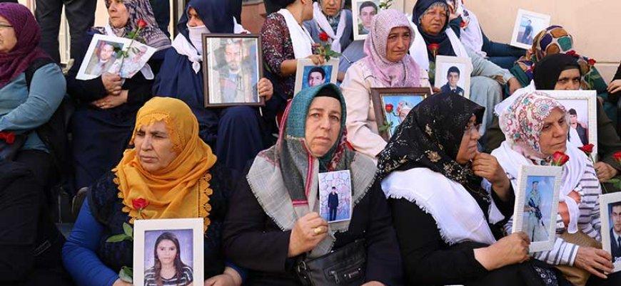 Çocuklarının PKK'ya kaçırıldığını söyleyen annelerin HDP önündeki eylemi sürüyor