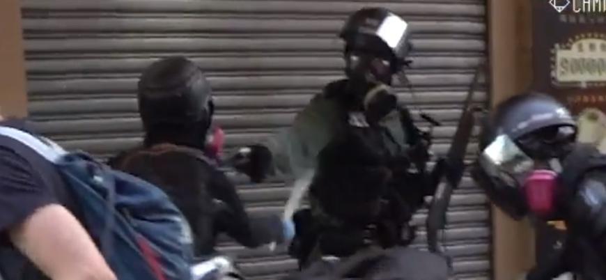 Hong Kong'da polis bir göstericiyi silahla vurdu