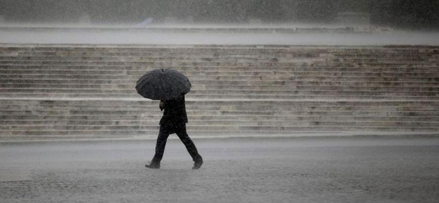 Kuvvetli sağanak uyarısı: Meteoroloji İstanbul için saat verdi