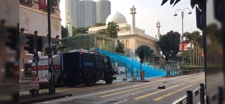 Hong Kong'da polis protestolar sırasında camiye boyalı su sıktı