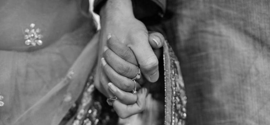 Farklı kast sınıflarından evlenen Hintli çift taşlanarak öldürüldü