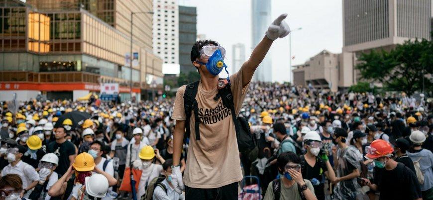 Hong Kong'da yüzbinler sokaklarda