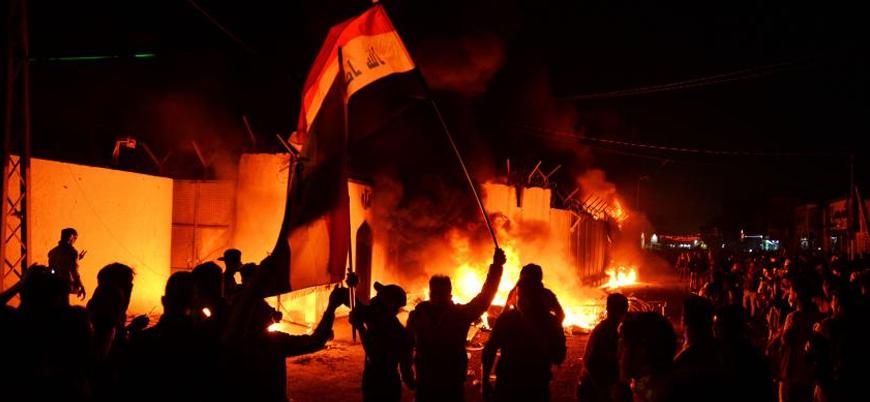 Iraklı göstericiler İran Başkonsolosluğu'nu ateşe verdi