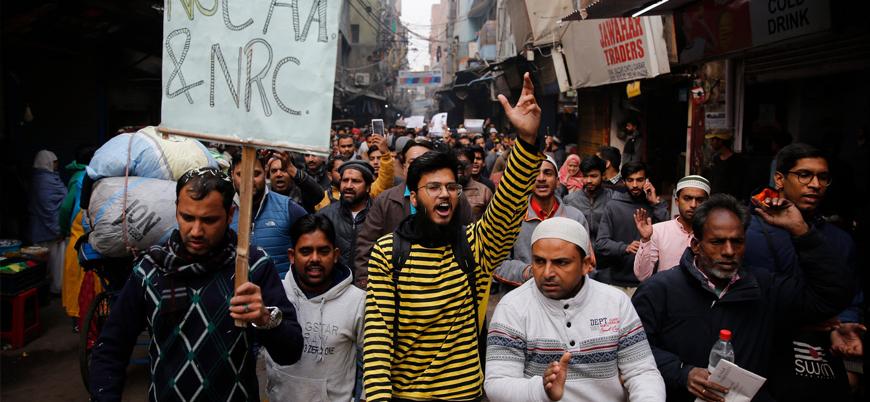Hindistan'da Müslümanlar sokaklara döküldü Modi hükümeti interneti kesti