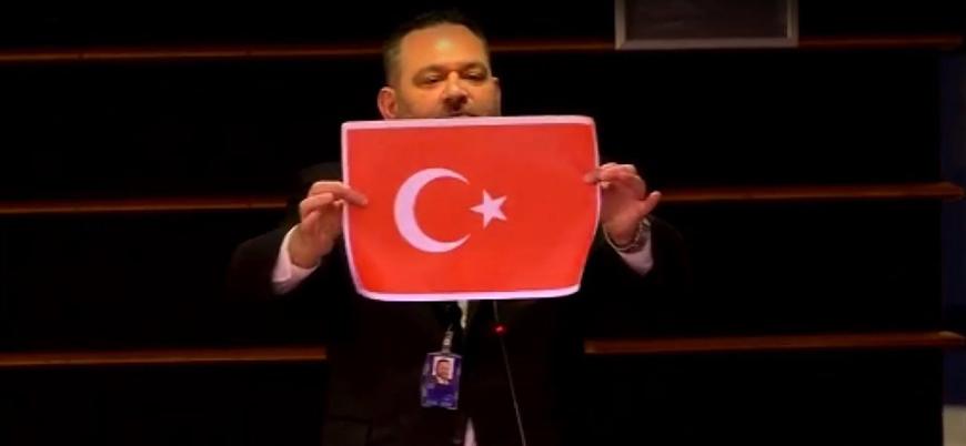 Yunan vekil Türk bayrağını yırttı: 'Artık buna bir son vermeliyiz'