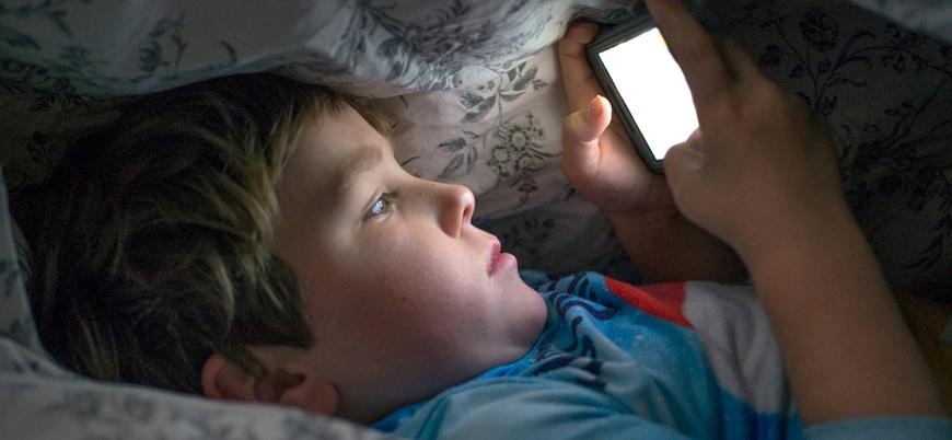 İngiltere'de çocuklar cep telefonlarıyla uyuyor