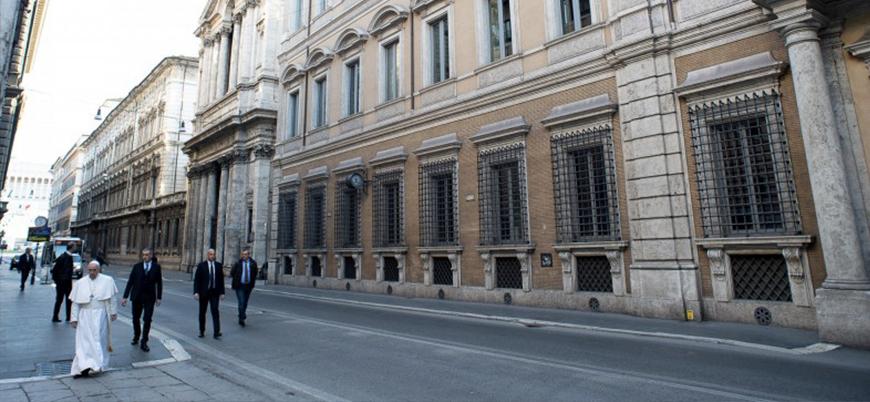 Papa Francis, koronavirüs nedeniyle boşalan Roma sokaklarında 'volta attı'