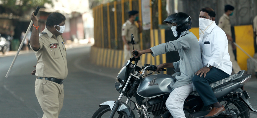 Hindistan'da koronavirüsle 'mücadele': Polis sokağa çıkanları sopayla kovalıyor