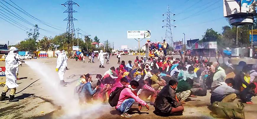 Hindistan'da tepki çeken görüntüler: Göçmen işçiler koronavirüse karşı topluca 'dezenfekte' edildi