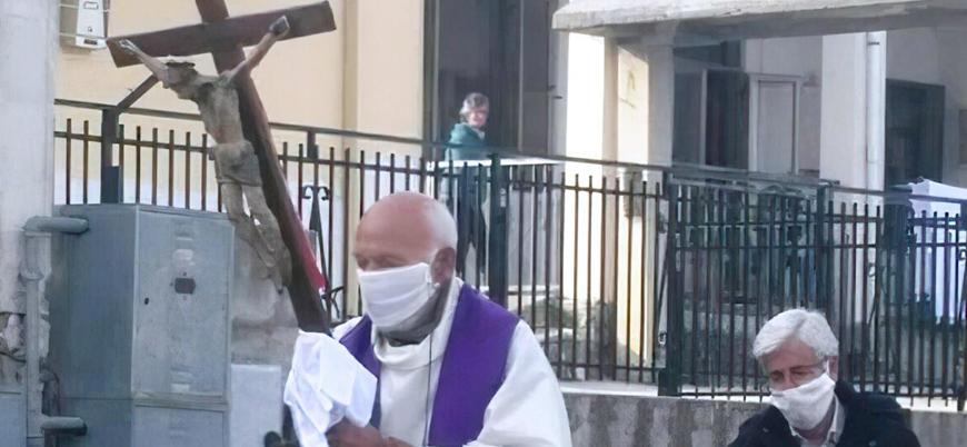 Koronavirüs: İtalya'da haçıyla sokakta dolaşan papaza para cezası