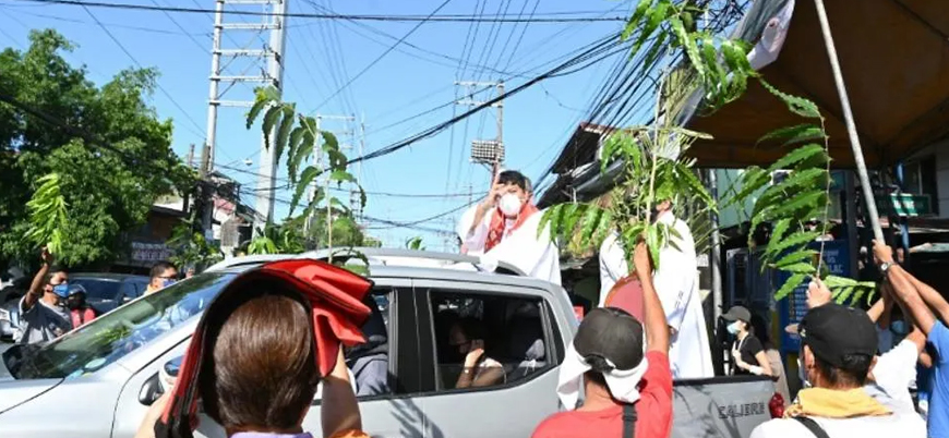 Salgın nedeniyle kiliselerin yasaklandığı Filipinler'de 'seyyar ayin'