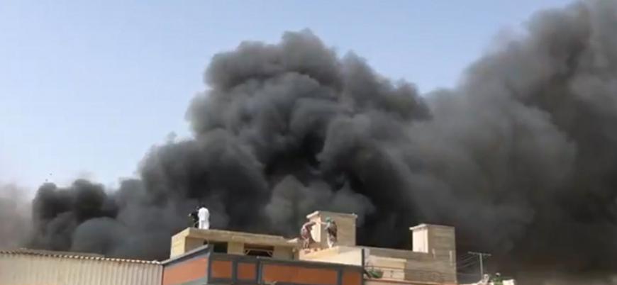 Pakistan'da 98 kişiyi taşıyan uçak düştü