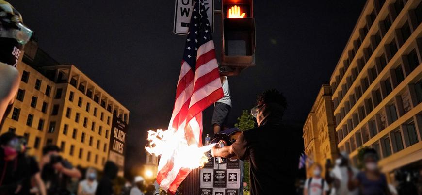 Beyaz Saray önündeki göstericiler ABD bayrağını yaktı
