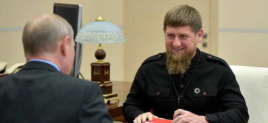 Ramazan Kadirov, annesini öven şiirler yazdırdığı çocuklara binlerce dolar dağıttı