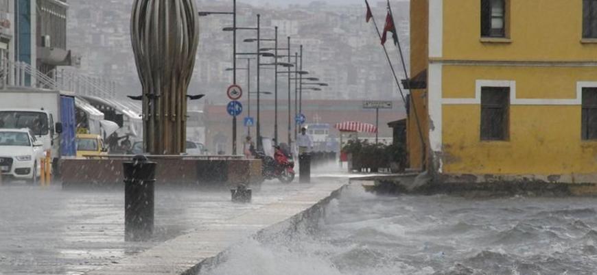 İzmir'i sel vurdu: 2 ölü