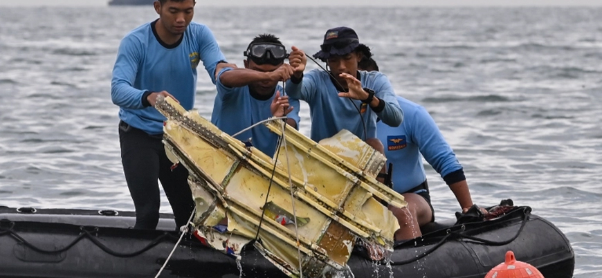 Endonezya'da düşen uçağın enkazı toplanıyor