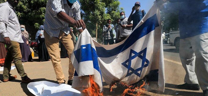 Sudanlılar İsrail ile alınan normalleşme kararını bayrak yakarak protesto etti