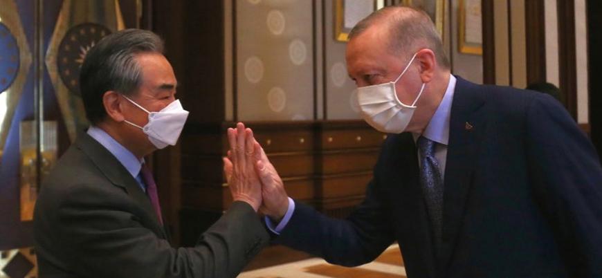 Erdoğan ile Çin Dışişleri Bakanı Yi'nin pozu tepki çekti