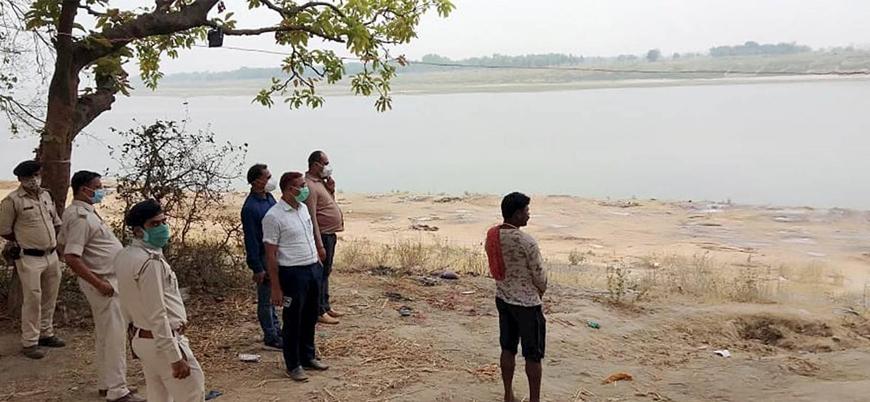 Hindistan: Yakacak odun bulamayan Hindular cesetleri Ganj Nehri'ne atıyor
