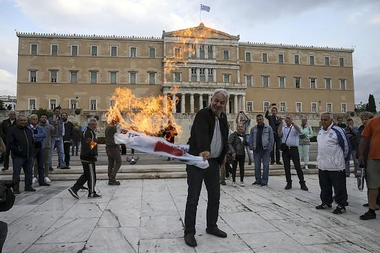 Yunanistan'da 'kemer sıkma' protestoları hız kesmiyor