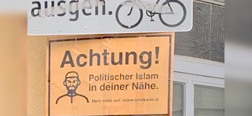 """Avusturya'da camiye """"Dikkat! Siyasal İslam"""" tabelası"""