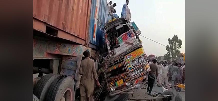 Pakistan'daki trafik kazasında 28 kişi öldü