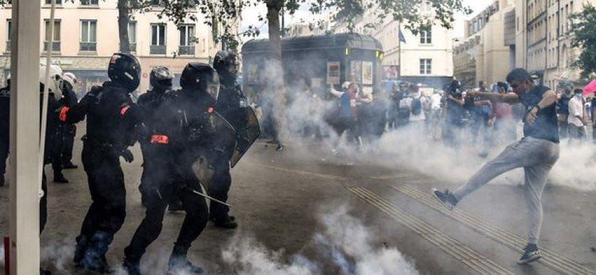 Fransa'da aşı karşıtları polisle çatıştı