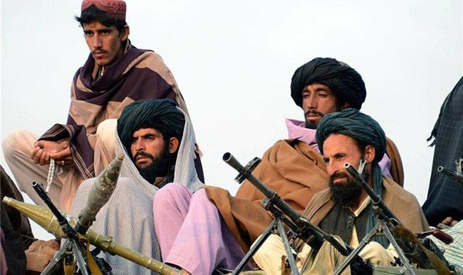 Taliban'dan Kandahar raporu: Ele geçirilen silahlar sergilendi