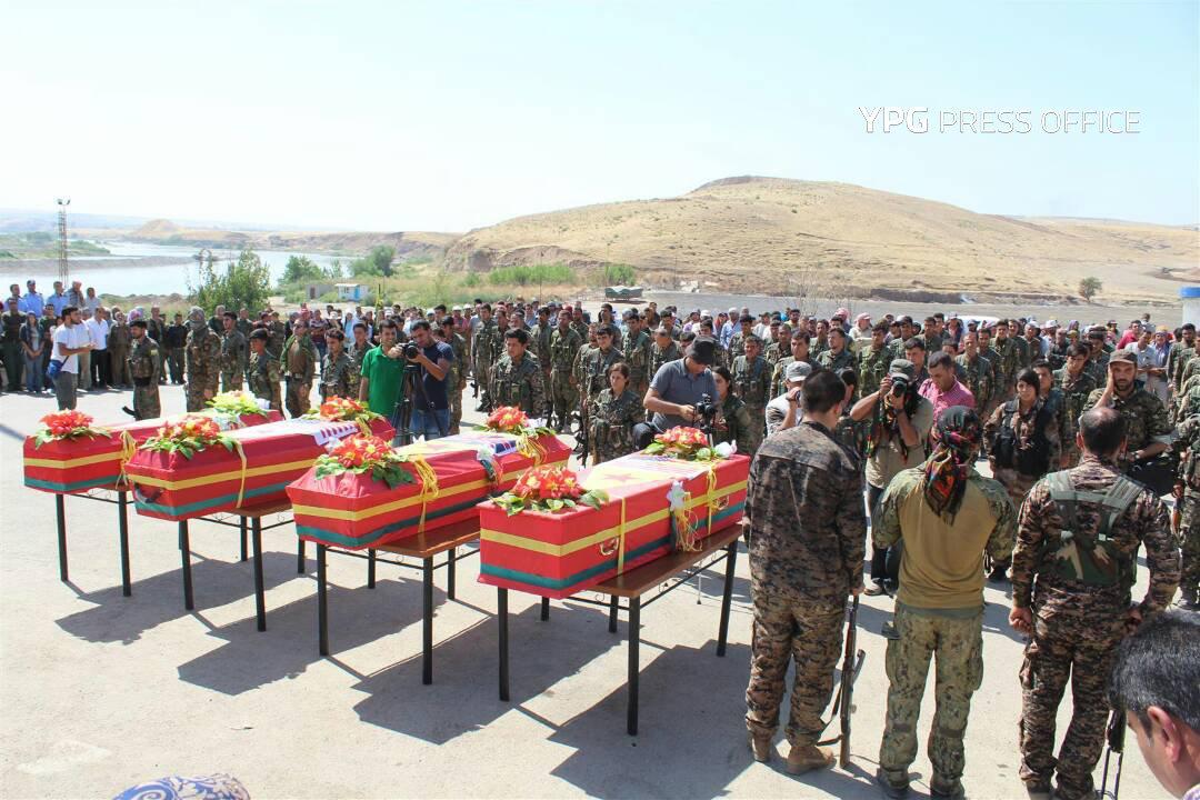 Rakka'da öldürülen YPG'li 'yabancı savaşçılara' cenaze töreni