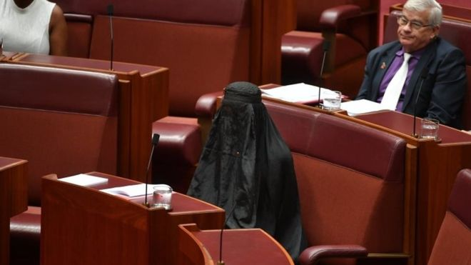 Avustralya'da ırkçı vekil Senato'ya burkayla geldi