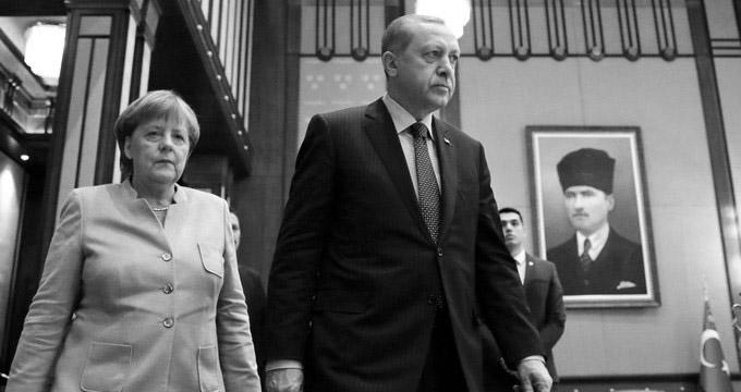 Merkel: Türkiye'ye silah ihracatını tamamen sonlandıramayız