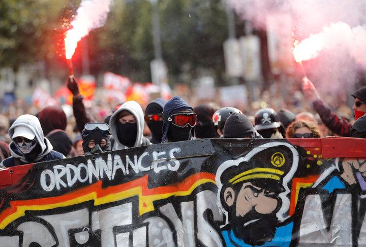 Fransa'da Macron'a karşı isyan: 400 bin kişi sokaklara döküldü