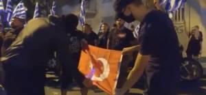 Ayasofya kararının ardından Yunanistan'da Türk bayrağı yakıldı
