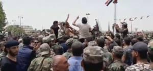 Dera'da rejim karşıtı gösterilere askerler de katıldı: 'Suriye bizim, Esed ailesinin değil'