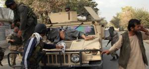 Afganistan'da hükümet güçleri Taliban mensuplarının cesetlerini baltayla parçaladı