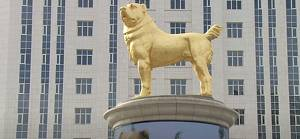 Türkmenistan Cumhurbaşkanı Berdimuhammedov, en sevdiği köpeğin altın heykelini diktirdi