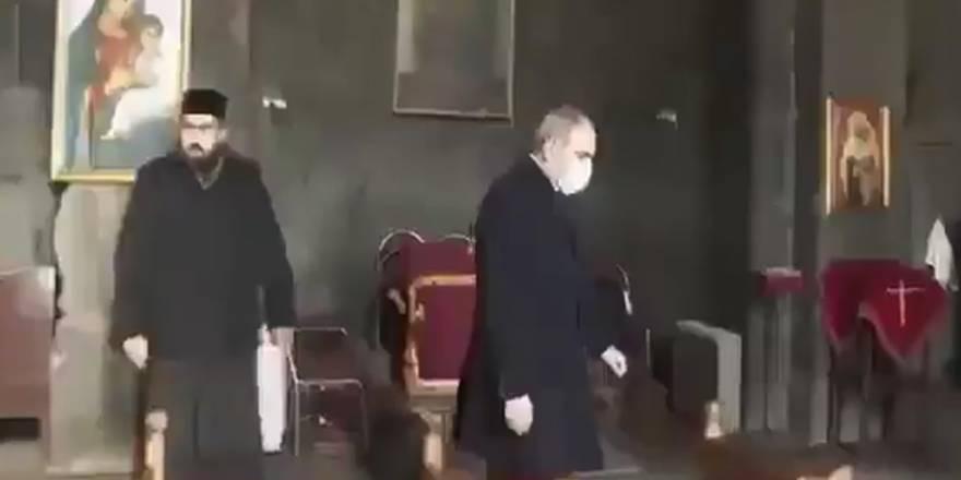 Ermeni papaz, Paşinyan'ı kiliseden kovdu