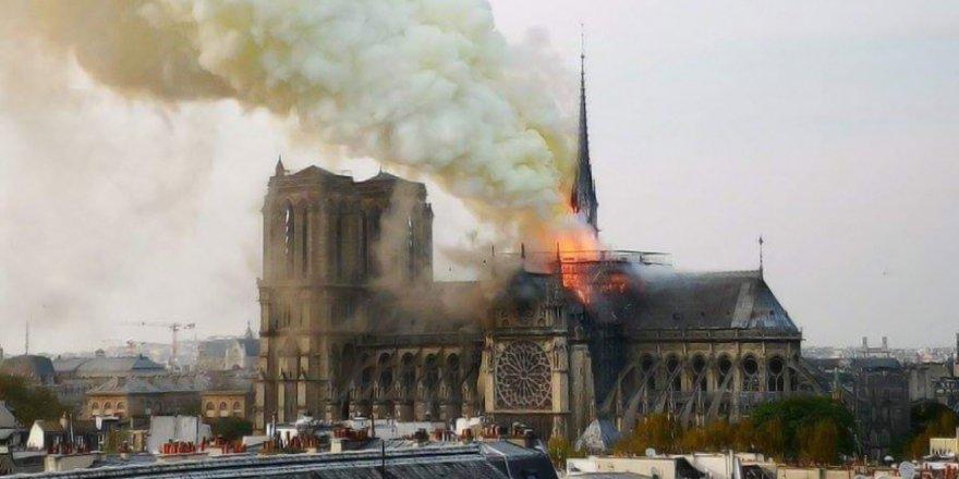 Fransa'daki 850 yıllık Notre Dame Katedrali yanıyor
